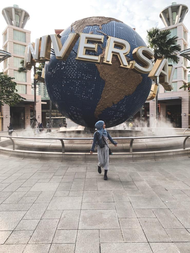 Di hadapan Globe Universal Studios Singapore